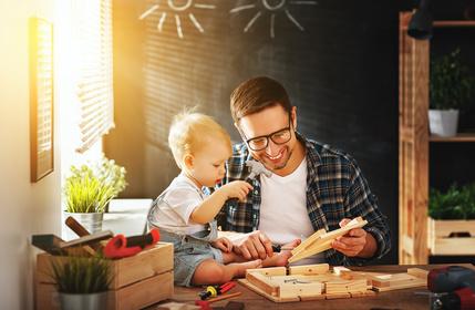 папа играет с ребёнком